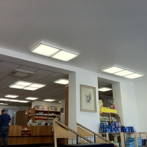 Installation von LED – Deckenleuchten in einer Apotheke
